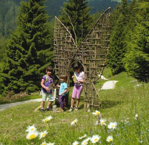 bambini che giocano in trentino estate