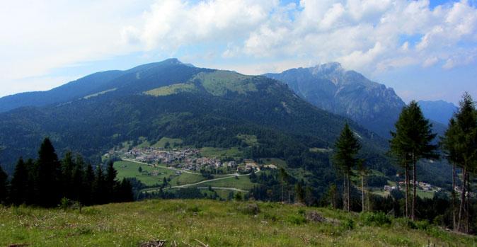 A sinistra Monte Cornetto, a destra il Becco di Filadonna