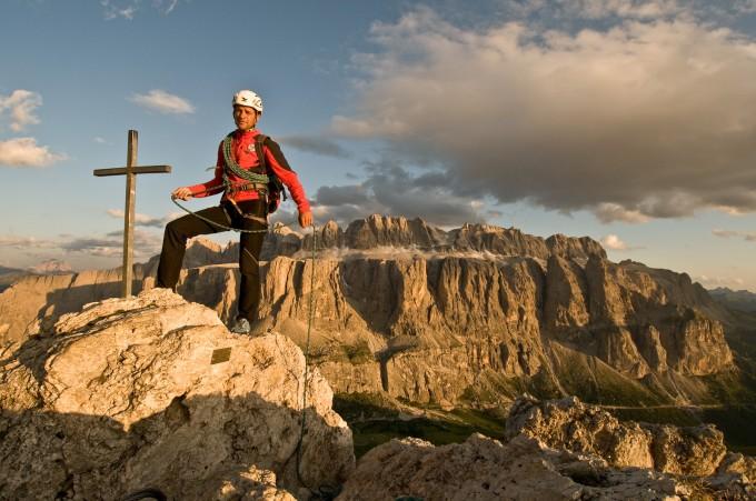 Alpinista e panorama su Gruppo Sella