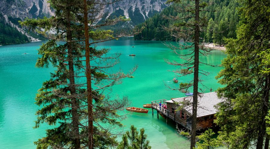 lago di braies panorama acqua e palafitta legno estate