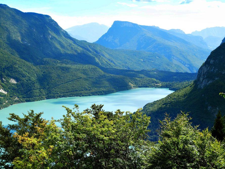 Panorama del Lago di Molveno in estate