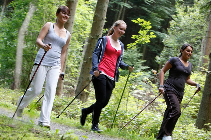 nordic walking camminare nel bosco